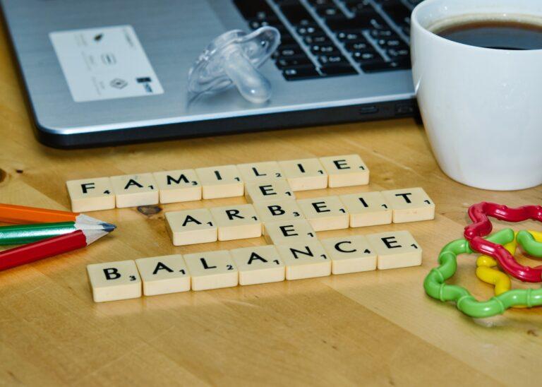 Die Worte Familie, Leben, Arbeit und Balance aus Spielsteinen gelegt